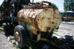 Una cisterna vieja y oxidada del yelow imágenes de archivo libres de regalías