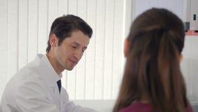 Una cita del doctor un nuevo paciente en una clínica metrajes