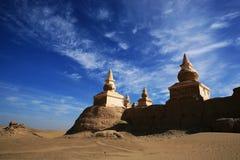Una città abbandonata sotto il cielo blu Fotografie Stock Libere da Diritti
