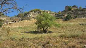 Una città antica su una roccia stock footage