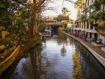 Una città attraversata da un fiume Fotografia Stock