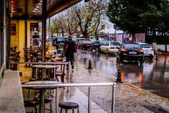Una ciudad del verano en un día lluvioso Foto de archivo libre de regalías