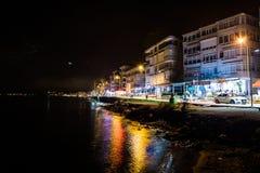 Una ciudad del verano encendido en la noche Imagenes de archivo