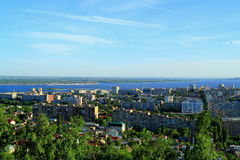 Una ciudad en el banco del río Volga fotografía de archivo libre de regalías