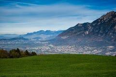 Una ciudad en el valle rodeado por las montañas Foto de archivo libre de regalías