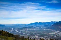 Una ciudad en el valle rodeado por las montañas Fotos de archivo libres de regalías