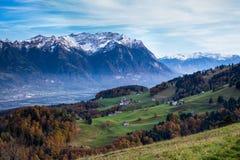 Una ciudad en el valle rodeado por las montañas Imagen de archivo libre de regalías