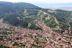 Una ciudad entre las montañas Foto de archivo
