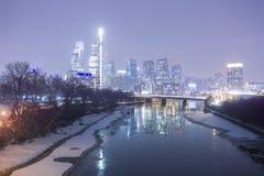 Una ciudad hivernal en la noche fotos de archivo libres de regalías