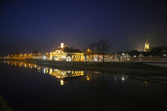 Una ciudad holandesa por noche Fotos de archivo libres de regalías