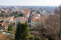 Una ciudad más baja con vía Antonio Locatelli en Bérgamo foto de archivo libre de regalías