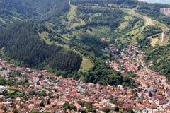 Una ciudad rodeada por las montañas Fotografía de archivo