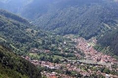 Una ciudad rodeada por las montañas Imagen de archivo