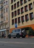 Una clase de G delante de un hotel Imágenes de archivo libres de regalías
