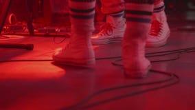 Una clase de piernas en las zapatillas de deporte blancas almacen de metraje de vídeo