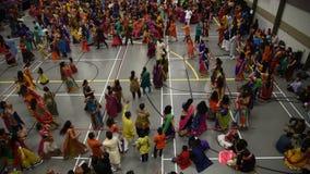 Una clip del ballo di dandiaya e di garba durante il festival indù di Navratri celebrato a Calgary, Canada stock footage