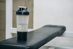 Una coctelera del agua miente en el estante en el centro de formación herramientas de entrenamiento en el primer del gimnasio imagenes de archivo