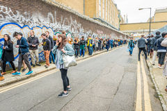 Una cola muy larga para la entrada al festival foto de archivo libre de regalías