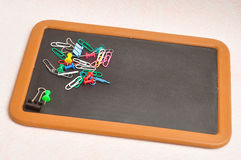Una colección de clips de papel, de clips de la carpeta y de pernos del empuje Fotos de archivo libres de regalías