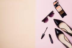 Una colección de compone belleza cosmética con la cámara y los zapatos encendido Foto de archivo libre de regalías