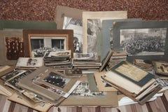 Una colección de fotos de familia del 1800's a los años 40 foto de archivo