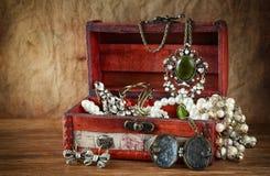 Una colección de joyería del vintage en joyero de madera antiguo Fotografía de archivo