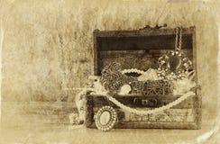 Una colección de joyería del vintage en joyero de madera antiguo imagen filtrada retra Foto del viejo estilo Fotos de archivo