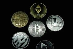 Una colección de oro y de monedas de plata del cryptocurrency fotografía de archivo