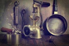 Una colección de utensilios viejos de la cocina Fotos teñidas Imagen de archivo