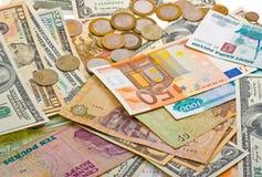 Una colección de vario dinero al fondo fotos de archivo