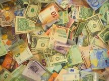 Una colección de vario dinero al fondo imagen de archivo
