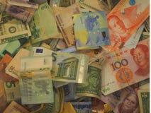 Una colección de vario dinero al fondo imagenes de archivo