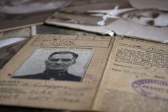 Una colección de viejos documentos de la familia del vintage imagen de archivo libre de regalías
