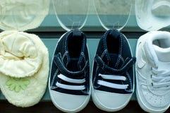 Una colección de zapatos de bebé Fotografía de archivo libre de regalías
