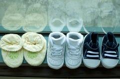 Una colección de zapatos de bebé Imágenes de archivo libres de regalías