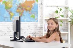 Una colegiala que trabaja en un ordenador Fotografía de archivo libre de regalías