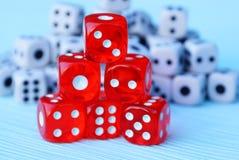 Una colina de cubos rojos contra la perspectiva de los pequeños cubos blancos Fotografía de archivo libre de regalías