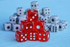 Una colina de cubos rojos contra la perspectiva de los pequeños cubos blancos Imagenes de archivo