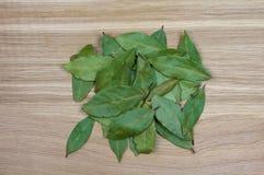 Una colina de las hojas en la tabla de cortar del roble, primer de la bahía fotografía de archivo