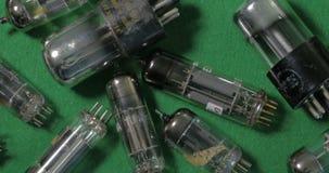 Una collezione di amplificatori d'annata di musica del tor delle valvole dei tubi a vuoti fabbricati nei gli anni quaranta stock footage