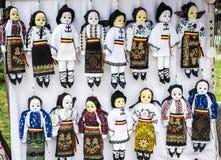 Una collezione di bambole si è vestita in costu tradizionale Fotografia Stock
