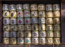 Una collezione di barilotti giapponesi di causa impilati in santuario Immagini Stock
