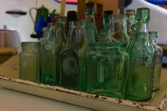 Una collezione di bottiglie di vetro immagini stock libere da diritti