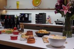 Una collezione di formaggi e di spuntini su un vassoio fotografia stock libera da diritti