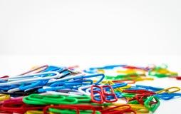 Una collezione di graffette colorate Immagine Stock