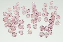 Una collezione di molti doppi cristalli rosa volanti dei coni Fotografie Stock
