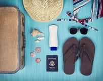 Una collezione di oggetti di viaggio Fotografie Stock Libere da Diritti