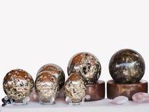 Una collezione di palle di pietra della pirite e del marmo con i bei spessori di colore e di abbagliamento, è presentata nella c fotografia stock libera da diritti