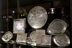 Una collezione di pezzi squisiti della lega con incisione della flora di aborigeno sull'esposizione della finestra - stoviglie fa Immagini Stock Libere da Diritti