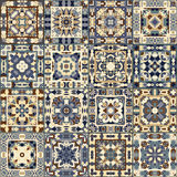 Una collezione di piastrelle di ceramica nei colori blu e beige Fotografie Stock